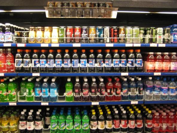 여러 음료수의 모습. 음료수 등 가공식품에는 예상치 못한 유해물질이 나오는 경우가 있다.  - 위키미디어 제공
